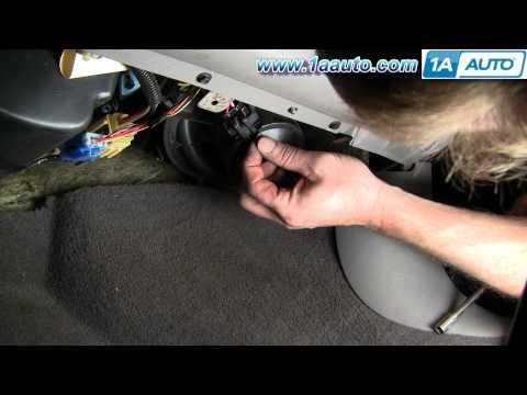В видео показано, как поменять лампочку ближнего и дальнего света на Ваз 2106.